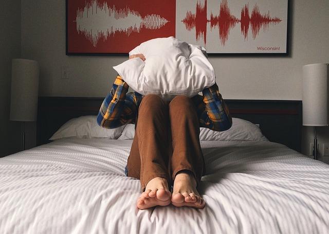 schovávání za polštářem