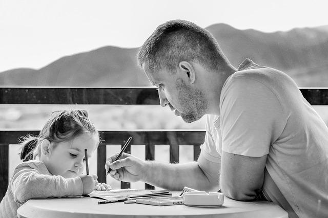 otec píše s holčičkou
