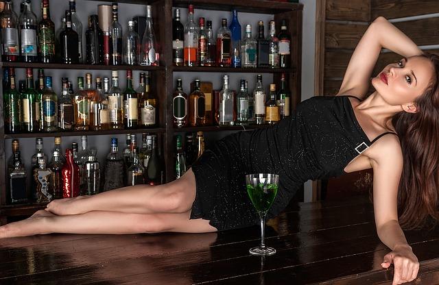 žena s alkoholem