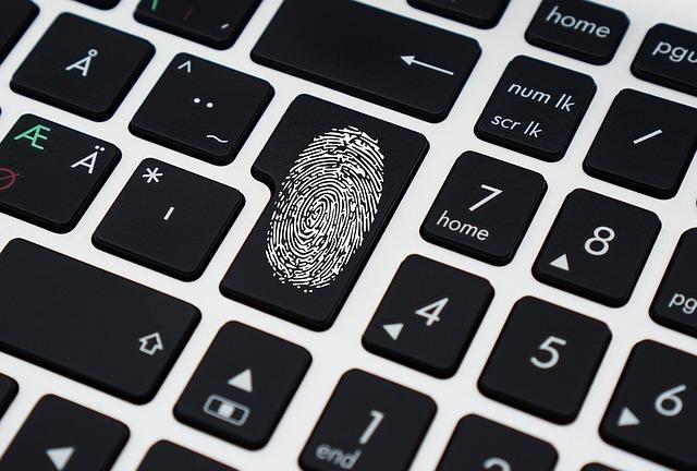 otisk prstu na klávese