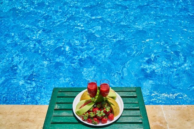 snídaně u bazénu