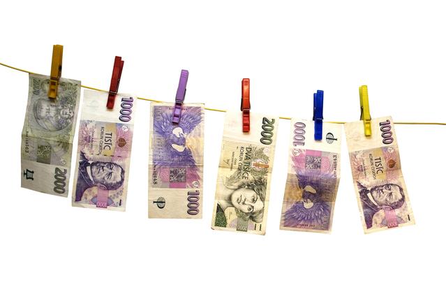české bankovky na šňůře